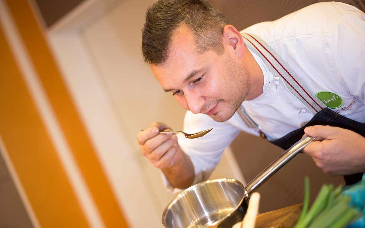 Die Kochschule in Hof - BBQ, Weinprobe, Spizenkoch, kochen lernen | {Koch beim kochen 61}
